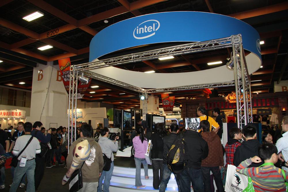 オンラインゲームメーカーの出展が減り、その分PC系のメーカーの出展が増えていた。PCはWindows 7やCore i 7といった明るい話題が多いため押し出しやすいところもあるのだろう