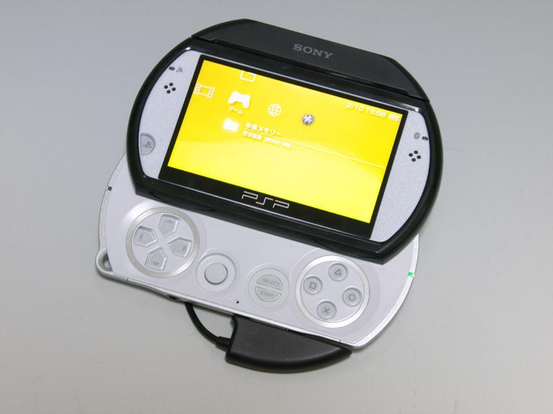 PSP go本体に装着するとこのようになる。画面枠のパーツはラバーパーツ