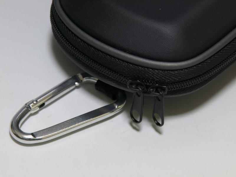 EVA素材を使った標準的なハードポーチグッズ。この系統のポーチなら、開閉のしやすさと内部のポケットがグッズ選びのポイントになるだろうか。基本的に無難な作りだが、ファスナーの感触が少し堅めに感じられた