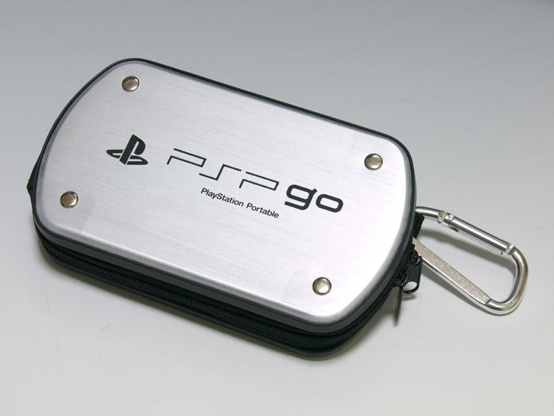 前面、背面をアルミのプレートが覆っている変わり種のハードポーチ。見た目だけでなく、実際に保護性能としてもかなりのものがある。ただし、そのぶん重さもある。使い勝手に関してはファスナーの印象は「ハードポーチ for PSP go」と同じ。こちらは内部にポケットがないのも少し残念