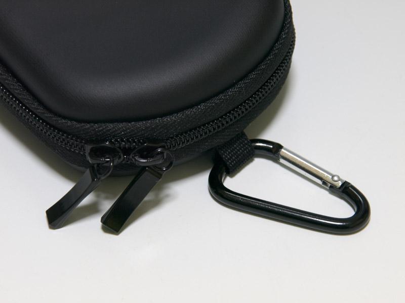 サイバーガジェット製のEVAハードポーチ。HORIの「ハードポーチ for PSP go」とほぼ同じスタンスのポーチだ。標準的な製品だけに作りには共通点が多い。こちらはファスナーの感触が柔らかで開けやすいものの、内部のポケットは扱いづらいと感じた