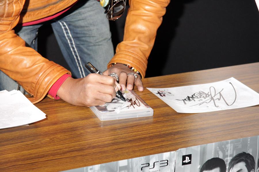 来場者の中には過去のシリーズ作品を持ち込み、名越氏にサインして貰う方もいた