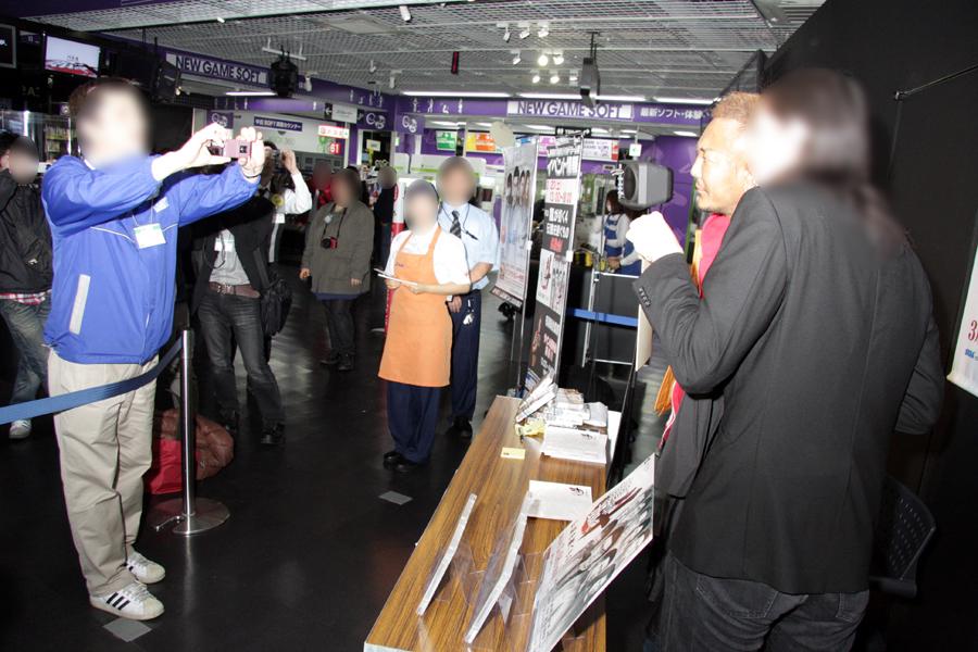 多くの人がサインを持ちながら名越氏と写真を撮っていた