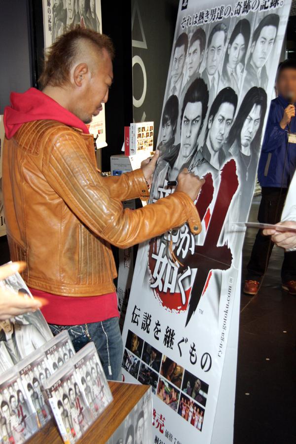同店のためにポスターやポップにサインをする名越氏。今後、飾られるのだろうか?