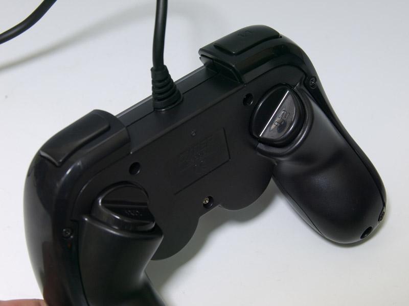 前面よりもさらに特徴的なのが背面。L2/R2ボタンが背面の中央あたりに、斜めについている