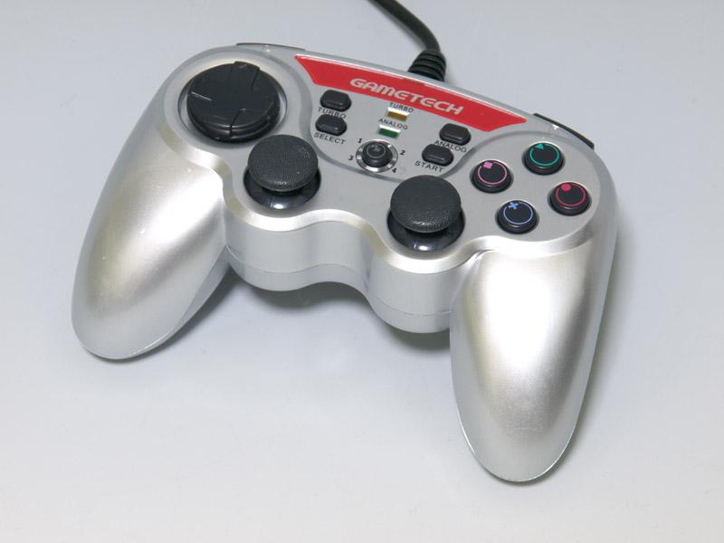 多機能がポイントのPS3用コントローラー。ボタンのサイズなど基本的な仕様は純正コントローラーに近く、操作フィーリングが似ている