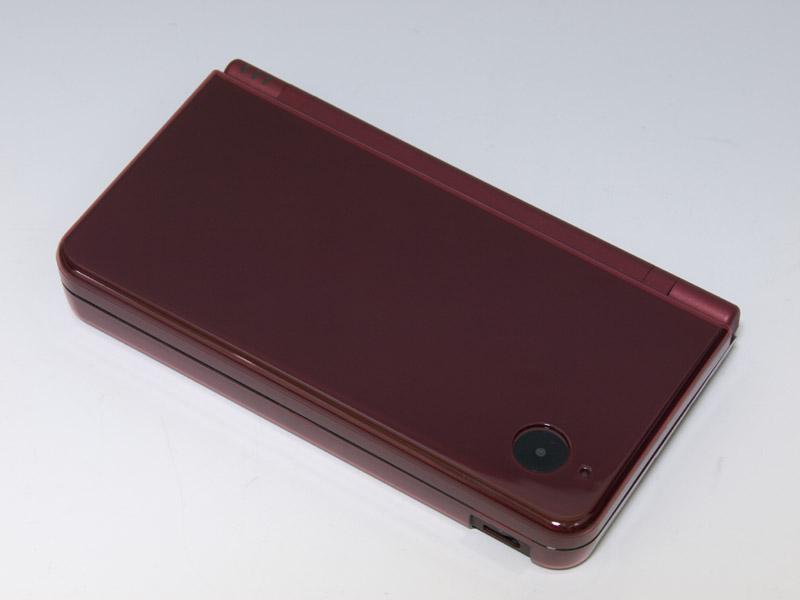 DSi LL本体の色とケースの色がしっかりとマッチしているのが嬉しい。ケースの厚みも0.9mmと薄くなっていて、一体感の高いケースだ。ヒンジがないタイプのケースなので、L/Rボタンにもケースが干渉しにくくなっているのもポイント
