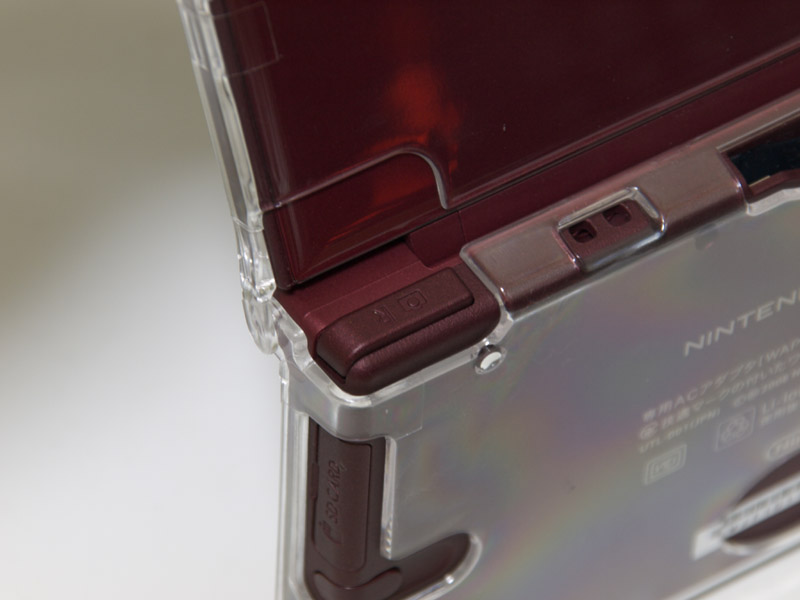 ケースの厚みは気になるところだが、全体に無難な作りのケース。だが、L/Rボタンの箇所を削ってあるなど、操作面への配慮がされているのが大きな魅力だ