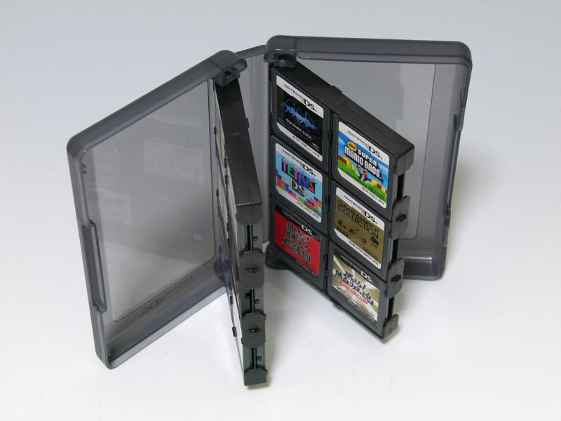 収納してあるDSカードのタイトルを見えるように半透明の窓を付けたりと、基本はばっちり。全体的に使い始めは感触が堅くて扱いづらいところがあったが、使い込むとこなれてくる。写真右のようにSDカードを収納しておけるアタッチメントも1枚分付属している