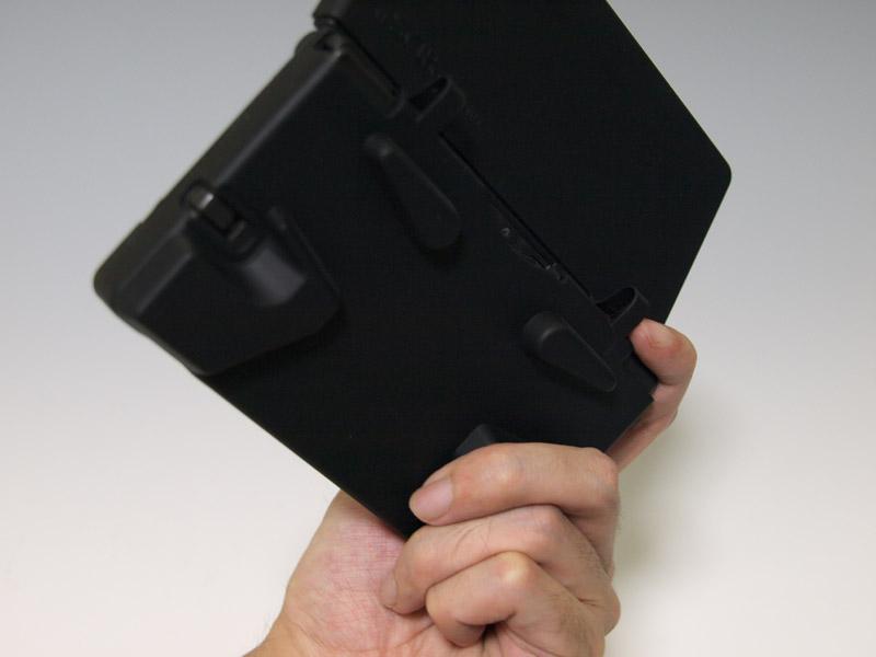 グリップによってホールド感は大幅アップ。見た目のコンパクトさも保っていて、扱いやすいままに操作性を高めてくれる。ただし、ボリュームスイッチ部分の処理がカバー越しに押す作りだったり、カバーの繋ぎ目が少し気になったりしたところはあった