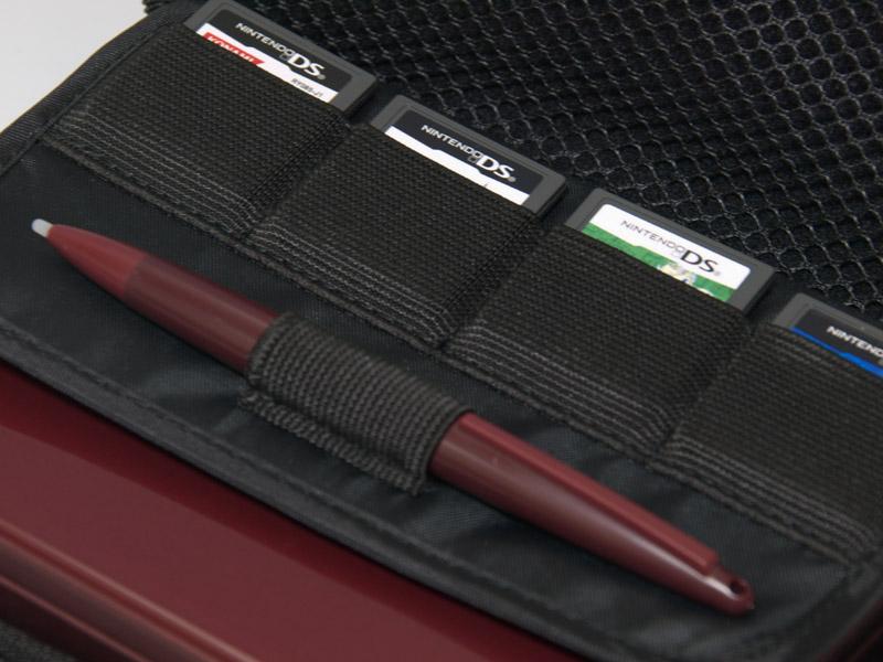 DSカード5枚、大型タッチペン、クリーニングクロスなど、DSi LL本体のほかにも様々に収納できる。不満点のない扱いやすいケースだが、写真中央にある本体固定用のゴムバンドの扱いは好みがわかれるかも知れない