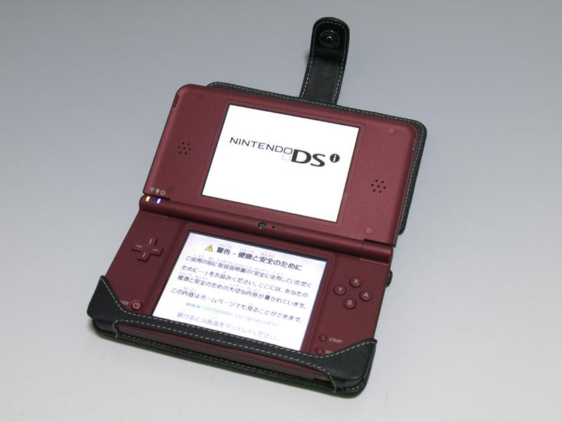 従来のDSよりも大型化したDSi LL本体をスマートに包むレザーケース