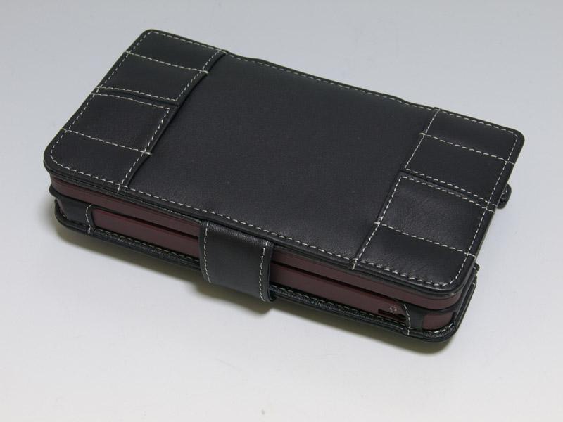DSi LL側面のスイッチ類や底面のタッチペンホルダーは、ケースに装着したままで触れるようしっかりと配慮されている。ケース内部には写真右のようにSDカードを収納できるポケットが3個ある