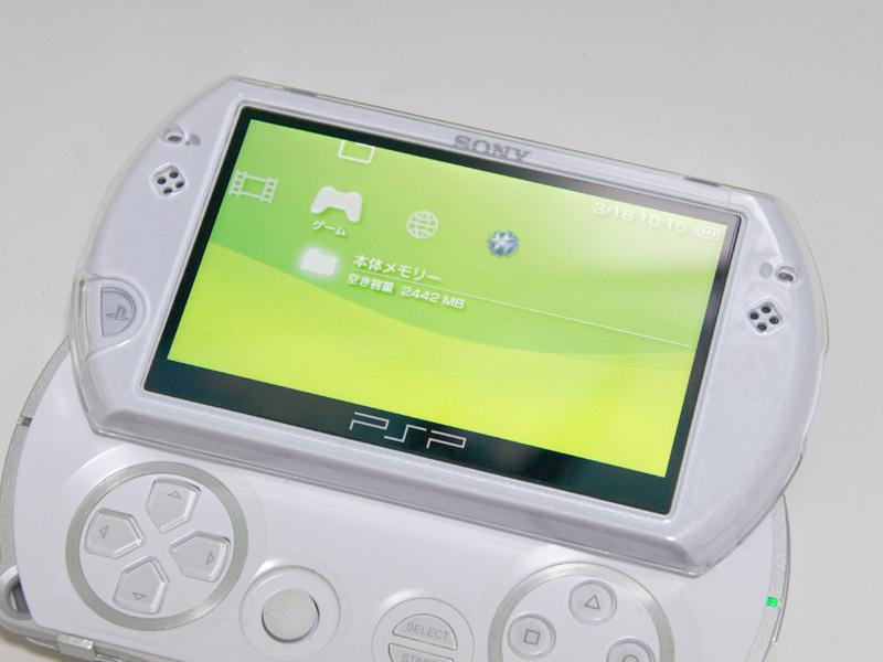 """前面側のパーツは全製品共通のクリアカバーになっている。<a href=""""http://game.watch.impress.co.jp/docs/series/ggl/20091113_328845.html#title2"""">本連載の第216回</a>で紹介している「CAPDASE クリスタルケース for PSP go」とも同じものだ"""