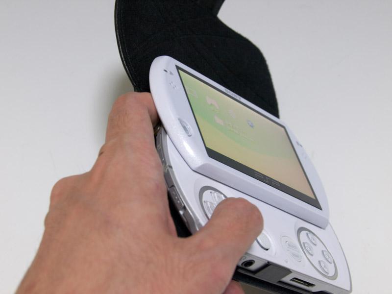 操作面では、L/Rボタンを操作する指がケースとスライドディスプレイに挟まれてしまうのが気になった