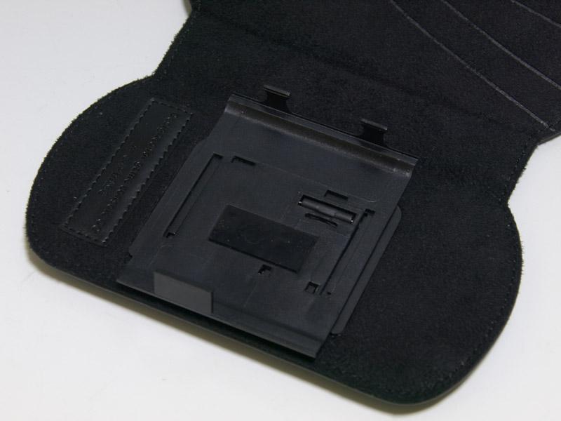 ケースホルダー部分をスライドして取り外せるのが大きな特徴。ケースを付けたままでプレイするのに違和感を感じる場合は、ホルダー部分で取り外してプレイするという方法も使える