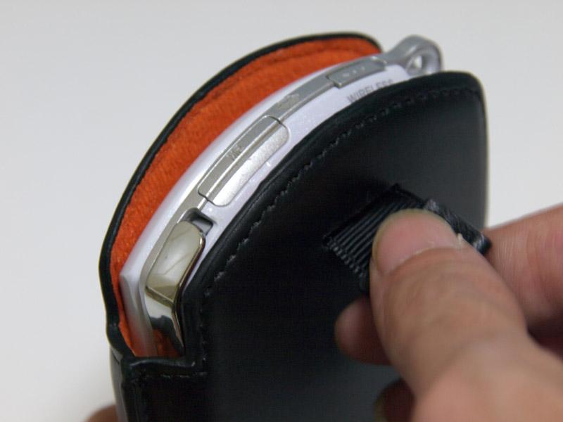 ケースの背面にあるヒモを引っ張ることで、PSP go本体を上に押し出せる。手軽に本体を取り出せるユニークで実用的な工夫だ