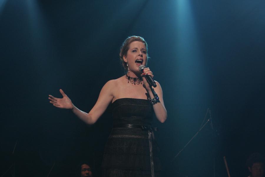 イベントの最後に美しい歌声を披露したDonna Burke(ドナ・バーグ)さん。「HEAVENS DIVIDE」を披露