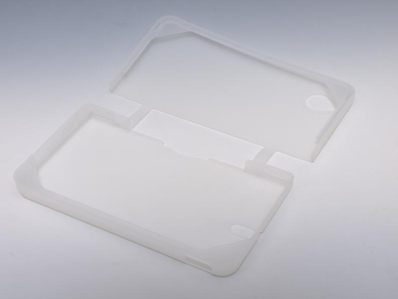 シリコンで本体を保護するシリコンカバー。DSi LL本体内側の4隅をシリコンで抑えて固定する