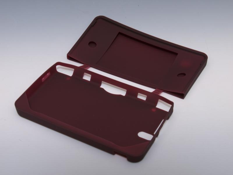 スベスベとした手触りのシリコンカバー。上画面側を内側まで覆うなど、保護する範囲が広い