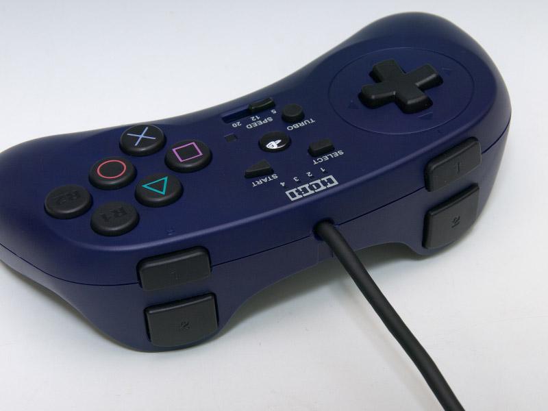 前面にR1/R2ボタンを配置しているが、通常の位置にもR1/R2ボタンとL1/L2ボタンがある