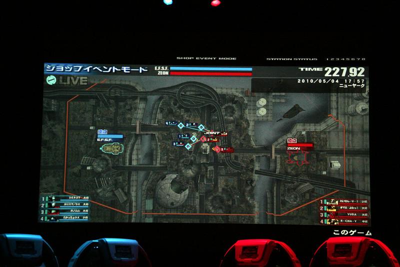 左右のスクリーンに4分割のコックピット画面、そして中央には俯瞰視点の映像が流れ、戦況をレポートしていた