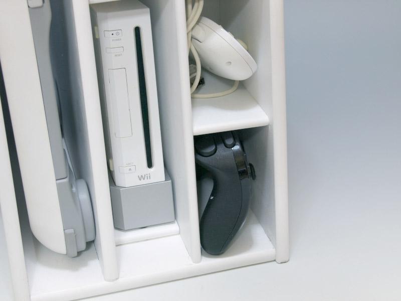 Wiiリモコンまたはヌンチャクをしまえる箇所が6個、クラシックコントローラをしまえる箇所が2カ所用意されている。さらに付属のフックを使えばWiiハンドルも掛けておける。あらゆる周辺機器をスッキリまとめておけるラックだ