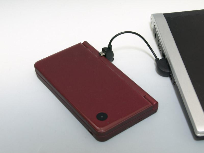 実際にノートパソコンのUSB端子とDSiやPSPを接続してみた。ケーブルが短いので、USB端子近くに本体を置ける場所がないと厳しい