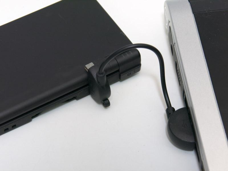 ゲーム機側のコネクタは左右に端子が付いているため、接続すると写真のようにコネクタが上につきでるような状態になる。このため、DSiは開けない。PSPもコネクタが画面に少しとはいえ被さるし、ケーブルの長さの問題から、充電しながらゲームをプレイするのは厳しい