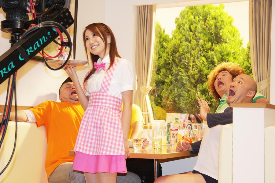 CMの撮影風景。山本梓さんの登場に驚く芸人さん