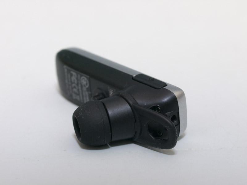 左右にボリュームコントロールのボタンを搭載。マイナスボタンが電源ボタンを兼ねているほか、両方のボタンを同時押しするとミュート操作になる。右の画像はSCEJのワイヤレスヘッドセットと並べてみたところ。非常にコンパクトで、重量も半分ぐらいになっている
