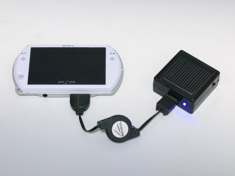 電源の出力がUSBなので、別途USBケーブルを用意すればDS/PSP以外の機種にも利用できる。写真左はPSP goを繋げたところ。本体付属のUSBケーブルでは使えなかったが、別の製品を利用したところ充電できた。写真中央はiPhone 3GSで、こちらは何の問題もなく充電できた。写真右はiPad。電圧が不足しているためか、「充電中ではありません」とメッセージが表示されてしまった