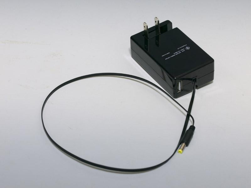 45cmまで伸びる巻取り式のケーブル、ケーブル先端のコネクタ、さらにコンセントプラグがアダプターの内部に全て収納できるようになっている