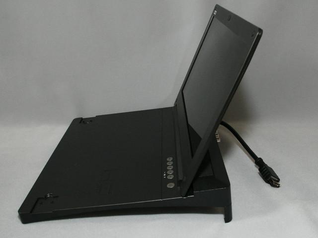 本体はPS3の上にかぶさる形状となっており、ボディは薄く作られている。液晶パネルは無段階で120度前後まで開く