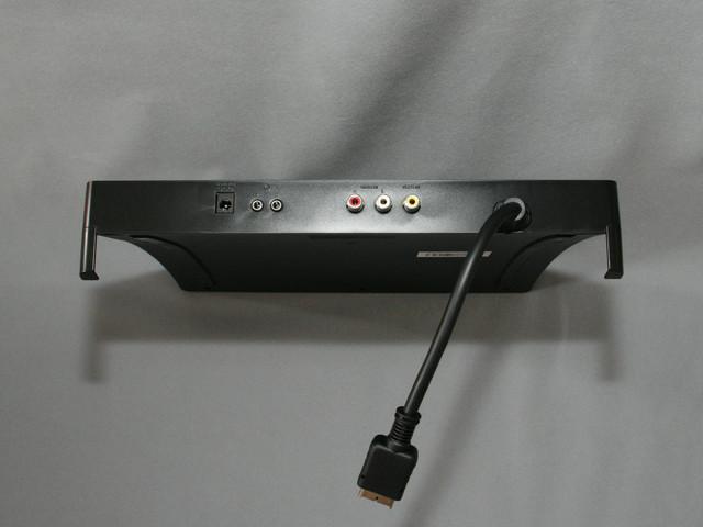 背面から伸びる映像ケーブルはコンポーネント接続となり、AVマルチ端子へつなぐ。コンポジット入力端子、ヘッドフォン用端子×2、ACアダプタ接続端子が並んでいる