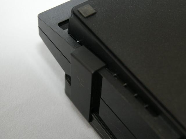 固定方法は簡単。本体後ろのフックをPS3にかけ、固定用アタッチメント2つをPS3の前面にセットする