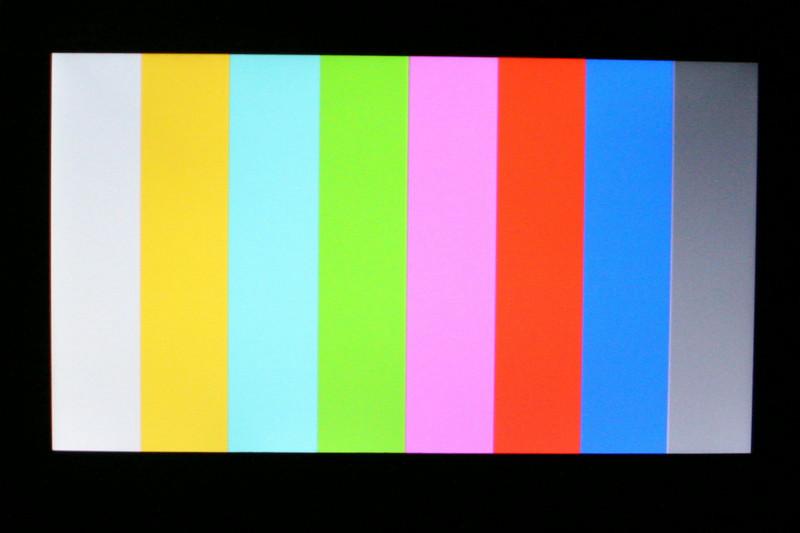 位置が多少ずれていて申し訳ないが、角度を変えて撮影してみたところ。XMBの「フォト」で、自作したJPEG画像を表示させてみた。視野角が狭く、上から見ると白っぽくなり、下から見ると画面上が暗くなってしまう(1番右のグレーの見え方が変化している)