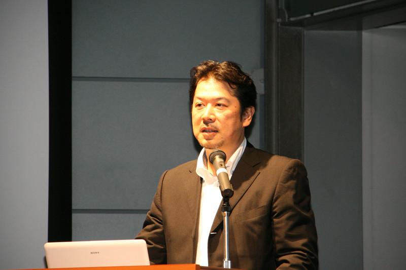 2010年度のテーマ「Tales With.」を発表する吉積 信ゼネラルマネージャー