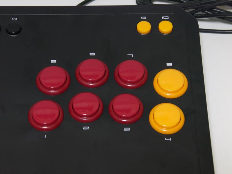 1レバーと8ボタンのレイアウト。ボタンは左側の4個がメインで上が□/△ボタン、下が×/○ボタンと並んでいる。右側4個は上がR1/L1ボタン、下がR2/L2ボタンとなっている