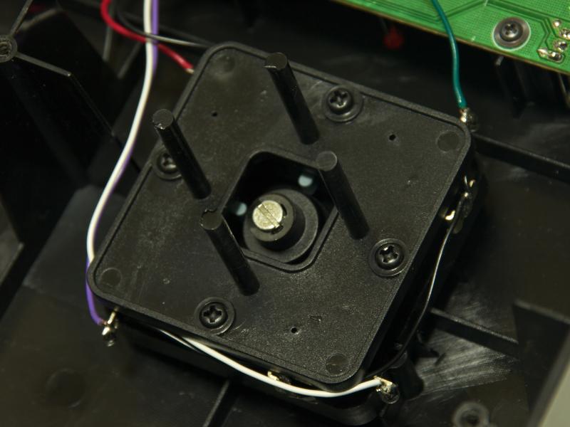 底面のメタルシートを外して内部を確認してみた。ボタンはファストン端子が使われていて、業務用パーツの交換もできそうだが、レバーは配線が半田付けされてしまっていた