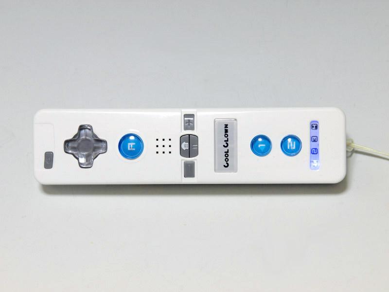 各種ボタンの素材やデザインの違い、背面の電池フタに搭載されている滑り止めなどの違いはあるが、基本的にWiiリモコンと作りが揃えてある。下段の写真はWiiリモコン単体と並べてみた写真だが、サイズはほぼ同等なのがわかる
