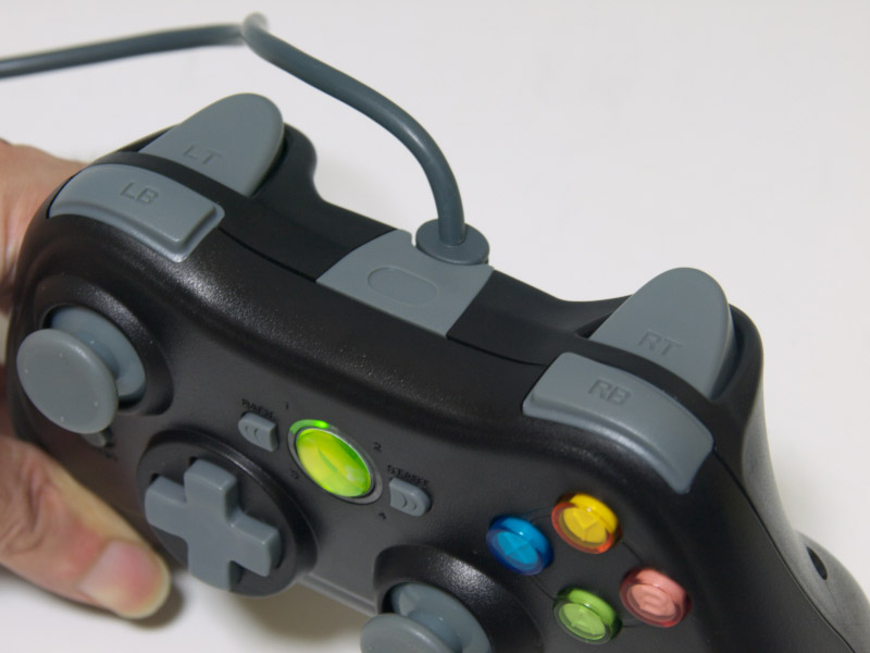 グリップ部分に連射機能の状態を示すランプを、方向キーの左横にも連射機能のTURBOボタンを備えている。L/Rトリガーは幅の広いボタンになっている