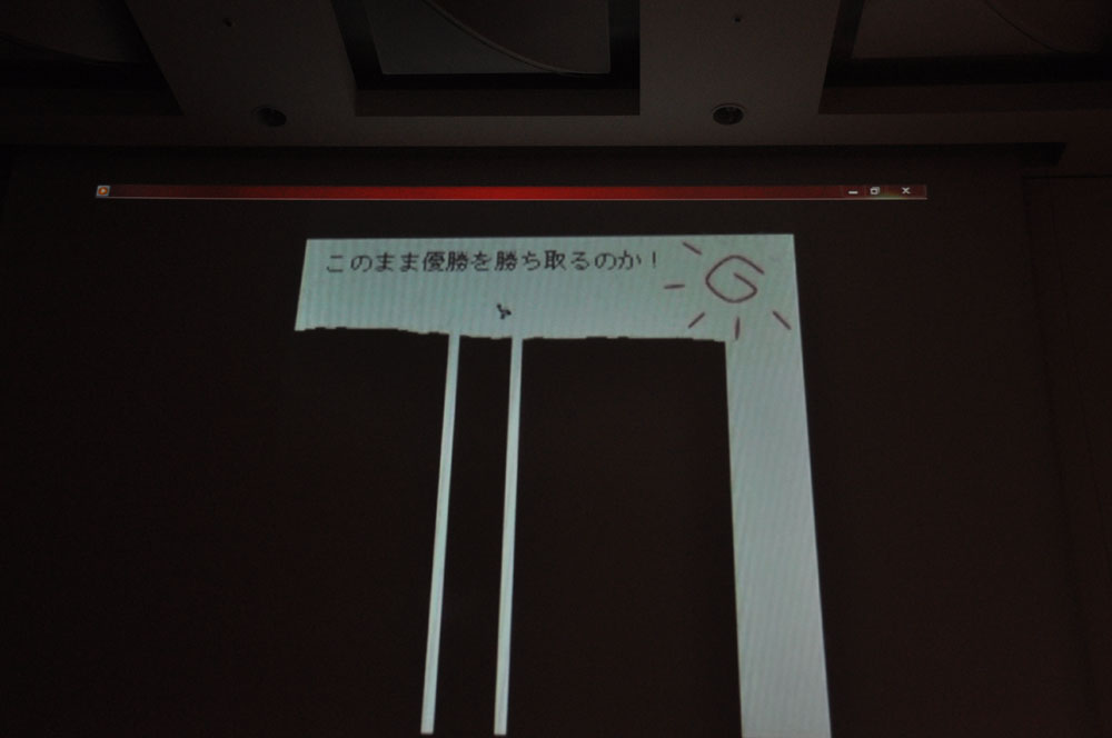 遠藤氏は次々と人気を博したライトゲームを紹介する。同時に実際に遠藤氏自身がプレイした動画も紹介される。「他の人がやっていたらやりたくなる」と感じさせられ、ライトゲームの魅力に気づかされる