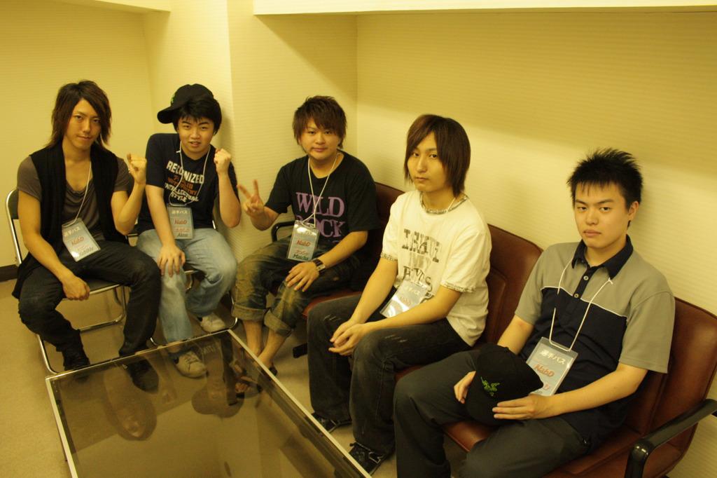 インタビューに答える「NabD」メンバー。左からKeNNy選手、Aktm選手、Matcha選手、Yuki.N選手、Flame選手