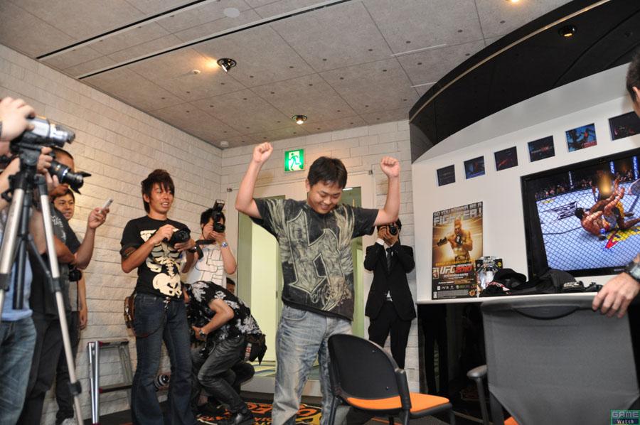 優勝者エキシビジョンその2。「開発室で、この男を相手に2ラウンド以上耐えた者はいない」というMotosugi氏(上画像最左・右側)。キレキレの動きで優位を保ち、関節技でシメるという貫禄の勝利を見せつける。ほんに恐ろしい男よ……