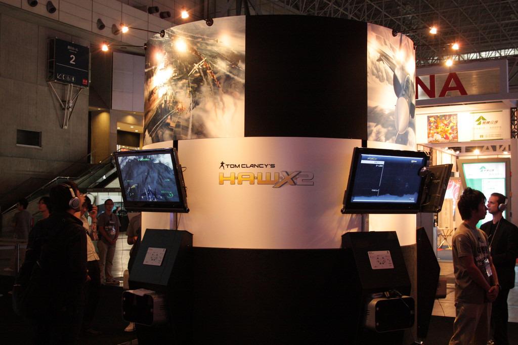 人気フライトコンバットゲームの続編「Tom Clancy's H.A.W.X 2」はユービーアイブースにプレイアブル出展。発売日は10月7日予定で、プレイステーション 3/Xbox 360版ともに価格は7,329円となっている