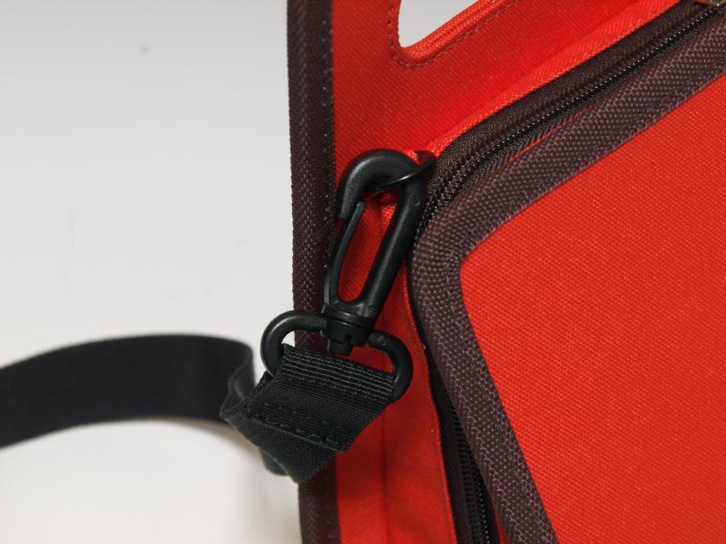 前モデルからの改善点として、取っ手にカバーが付いたこと、肩掛け用のスリングベルトを装着できるようになったこと、内部のインナークッションを着脱できるようになったことが挙げられる。前モデルと比べてより扱いやすくなった