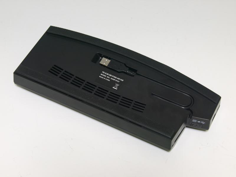手前と側面にUSBポートが合計4個搭載されている。SDカードリーダー機能は、USBポート1個と切替式で使う仕組みになっており、スライドスイッチで機能を切り替える。PS3を置いたときの安定感もよく、見た目もスマート。背面には5Vの外部電源を接続できる端子があるが、ACアダプター自体は付属していない