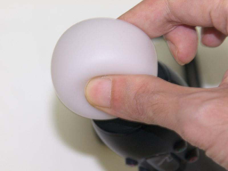 「PSMモーションコントローラ」の前面、側面、背面等。スフィアはシリコン素材のような手触りで柔らかく、中は空洞になっているようだ。ムーブボタン、Tボタン、○/△/□/×ボタンは全て親指と人差し指で握ったまま操作できる。底面にある端子は、上がUSB端子、下が拡張端子だ