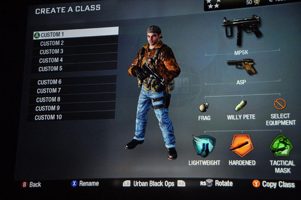 プレーヤーのこだわりが活かせるカスタマイズ要素。エンブレムを作って武器に張ることも可能だ